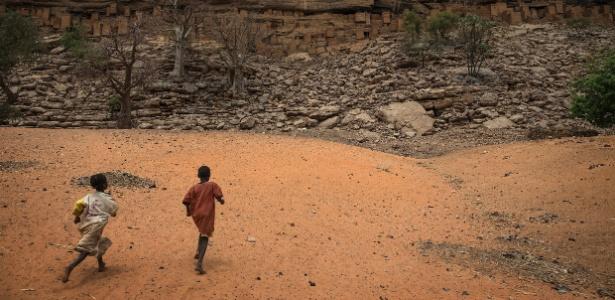 Imagem de arquivo de pessoas correndo no Mali