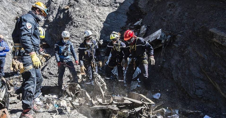 1º.abr.2015 - Equipes de técnicos trabalham no local da queda do Airbus A320 da Germanwings, próximo a Le Vernet, nos Alpes franceses. A retirada dos restos mortais dos passageiros do voo 4U9525 foi encerrada nesta terça-feira (31), depois que todos os restos foram recuperados. A identificação das vítimas consiste em um minucioso processo laboratorial