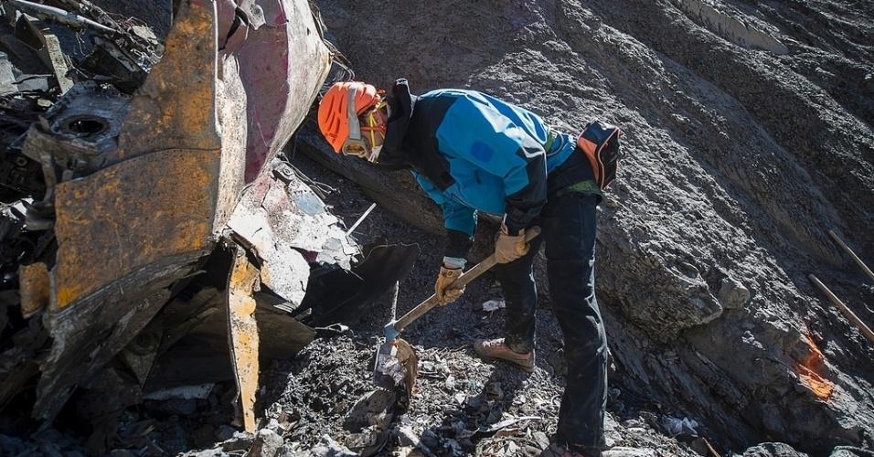 1º.abr.2015 - Equipes de busca e resgate trabalham no local da queda do Airbus A320 da Germanwings, próximo a Le Vernet, nos Alpes franceses. A retirada dos restos mortais dos passageiros do voo 4U9525 foi encerrada nesta terça-feira (31), depois que todos os restos foram recuperados