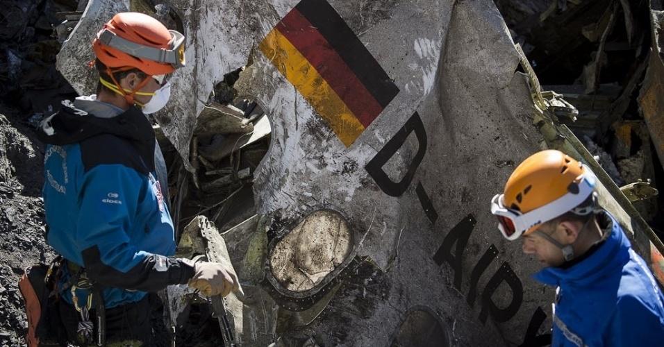 1º.abr.2015 - Equipes de resgate trabalham no local do acidente com o Airbus A320, da Germanwings, perto de Le Vernet, nos Alpes franceses. A imagem foi tirada em 31 de março