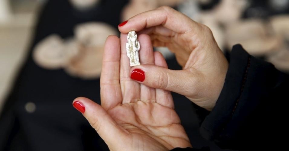 1º.abr.2015 - Estatueta antiga da cultura egípcia é descoberta durante uma escavação arqueológica em uma caverna no sul de Israel. A peça está sendo exibida no Museu Arqueológico Rockefeller, em Jerusalém. Um comunicado do IAA (Autoridade de Antiguidades de Israel) disse que os artefatos encontrados na caverna atestam a existência de um centro administrativo egípcio na região há 3.400 anos