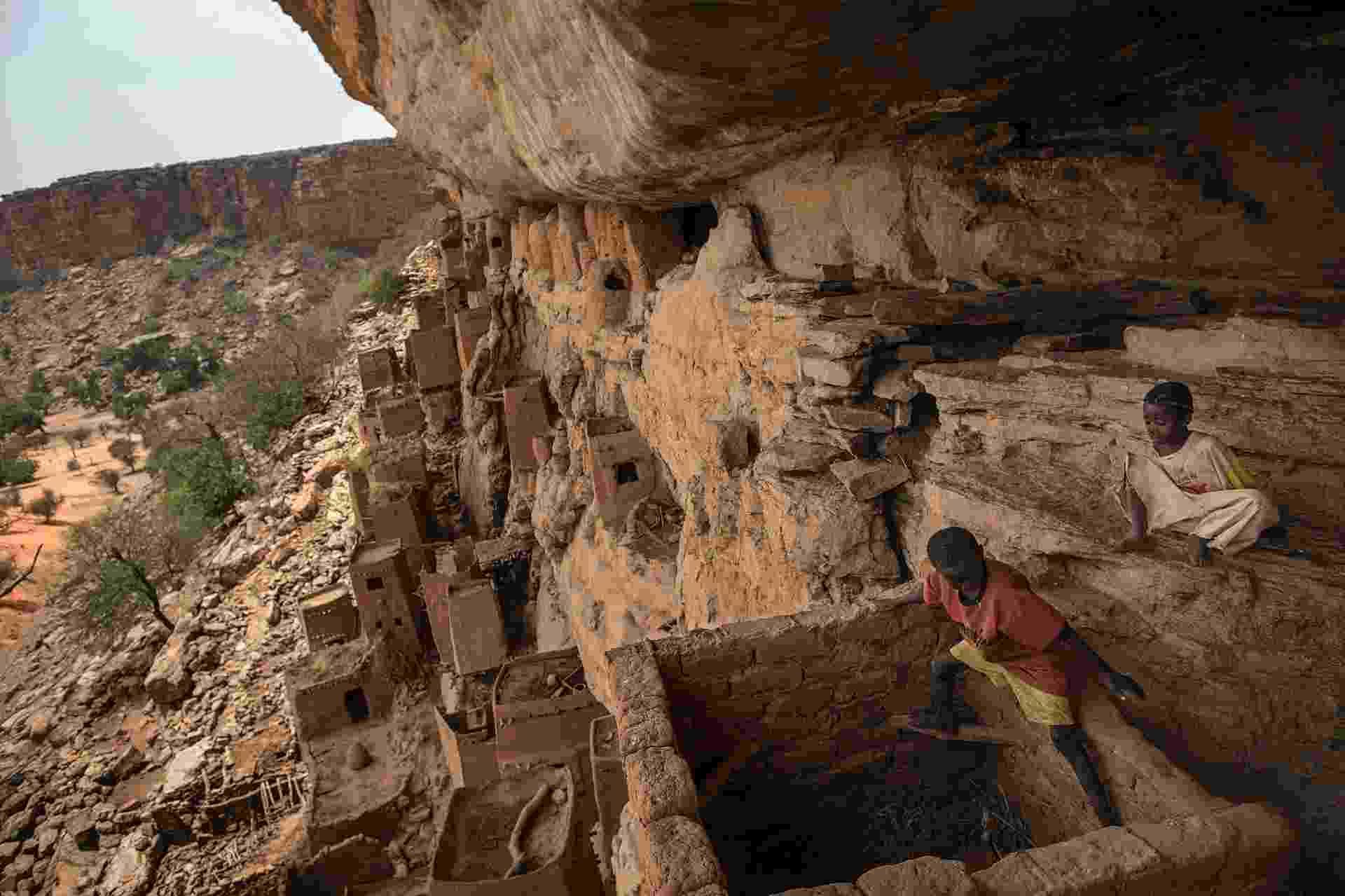 1°.abr.2015 - Fugindo do processo de islamização na região sudoeste do Mali, os dogon chegaram à região de Bandiagara no século 15, que antes era ocupada pelos 'tellem', responsáveis pelas construções das primeiras cavernas e casas incrustadas nas paredes da falésia - Marco Dormino/UN Photo