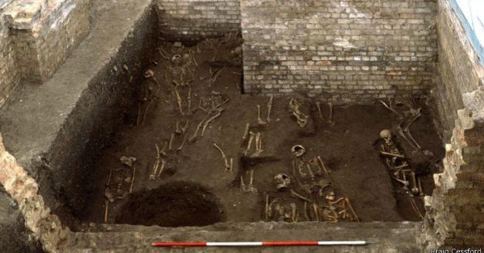 1º.abr.2015 - O cemitério embaixo do prédio de uma das faculdades de Cambridge, o St John's College, foi localizado entre 2010 e 2012, mas imagens dos esqueletos só foram divulgadas agora