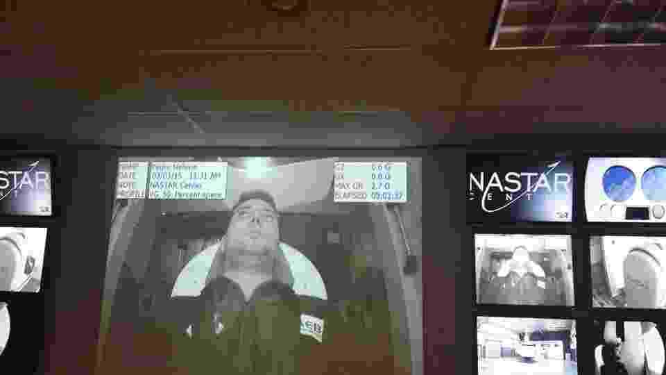 1º.abr.2015 - O estudante de engenharia elétrica da UnB (Universidade de Brasília) Pedro Nehme, 23, faz treinamento na centrífuga Phoenix, do Nastar Center, na Filadélfia (EUA), no início de março. Ele passa por uma série de treinamentos antes da realização do voo suborbital a bordo do foguete Lynk Mark 2, com lançamento previsto para o próximo ano. Nehme será o primeiro civil a viajar para o espaço - Reprodução/Facebook