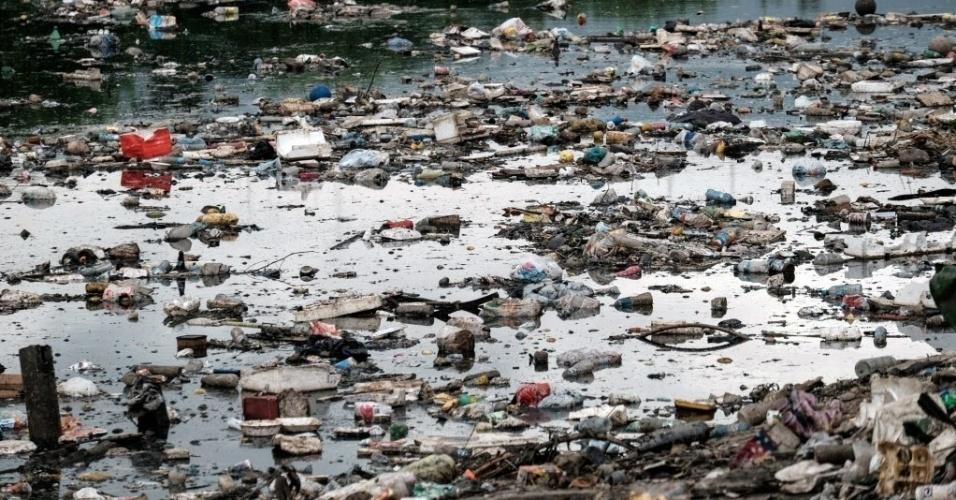 1ºabr.2015 - Poluição flutua no canal da Penha, ligação direta com a baía de Guanabara no Rio de Janeiro