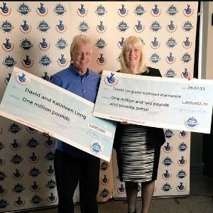 1º.abr.2015 - Um casal britânico ganhou um prêmio milionário na loteria da Inglaterra (EuroMillions) pela segunda vez em dois anos. O casal de Scunthorpe, Lincolnshire, ganhou 1 milhão de libras esterlinas (cerca de R$ 4,7 milhões) na última sexta-feira (27) e são os primeiros a revelar que ficaram milionários por duas vezes na sorte - Reprodução/Twitter/The National Lottery