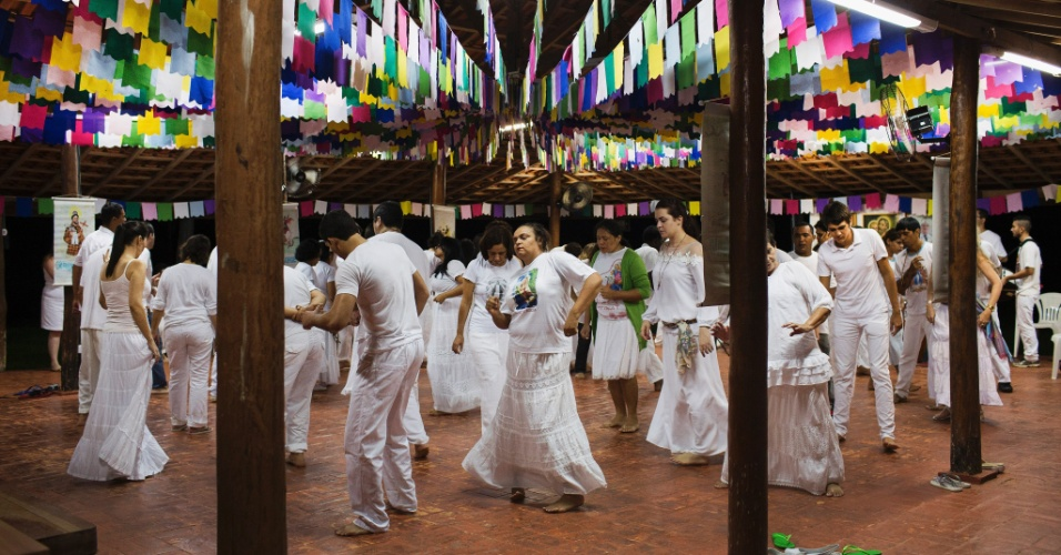 20.mar.2015 - Presos dançam com religiosos em cerimônia em Ji-Paraná (RO) após uso de ayahusca; detentos são tratados com o chá alucinógeno