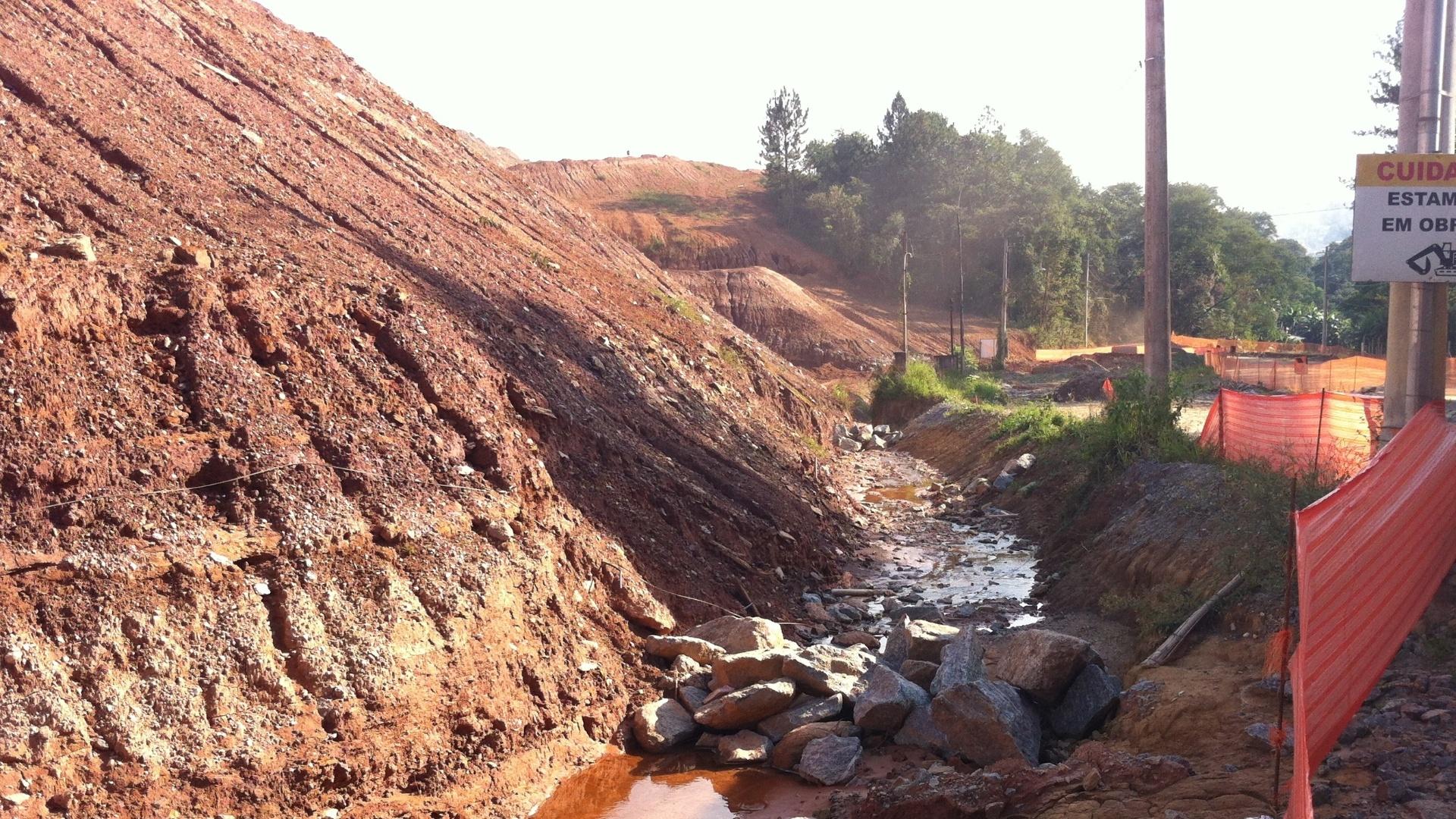 ?Antes esse rio passava ali em cima. Era tudo mato, a gente tomava banho nele. Agora é só terra e não dá para molhar nem a canela