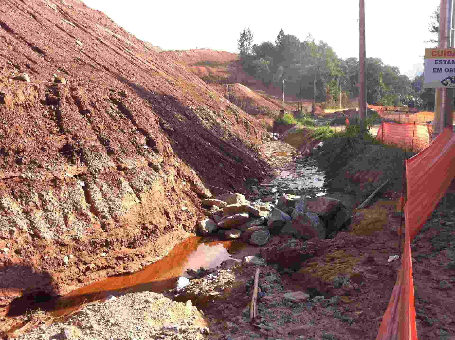 """""""Antes esse rio passava ali em cima. Era tudo mato, a gente tomava banho nele. Agora é só terra e não dá para molhar nem a canela"""", diz vizinha à obra do Rodoanel - Ricardo Senra/BBC Brasil"""
