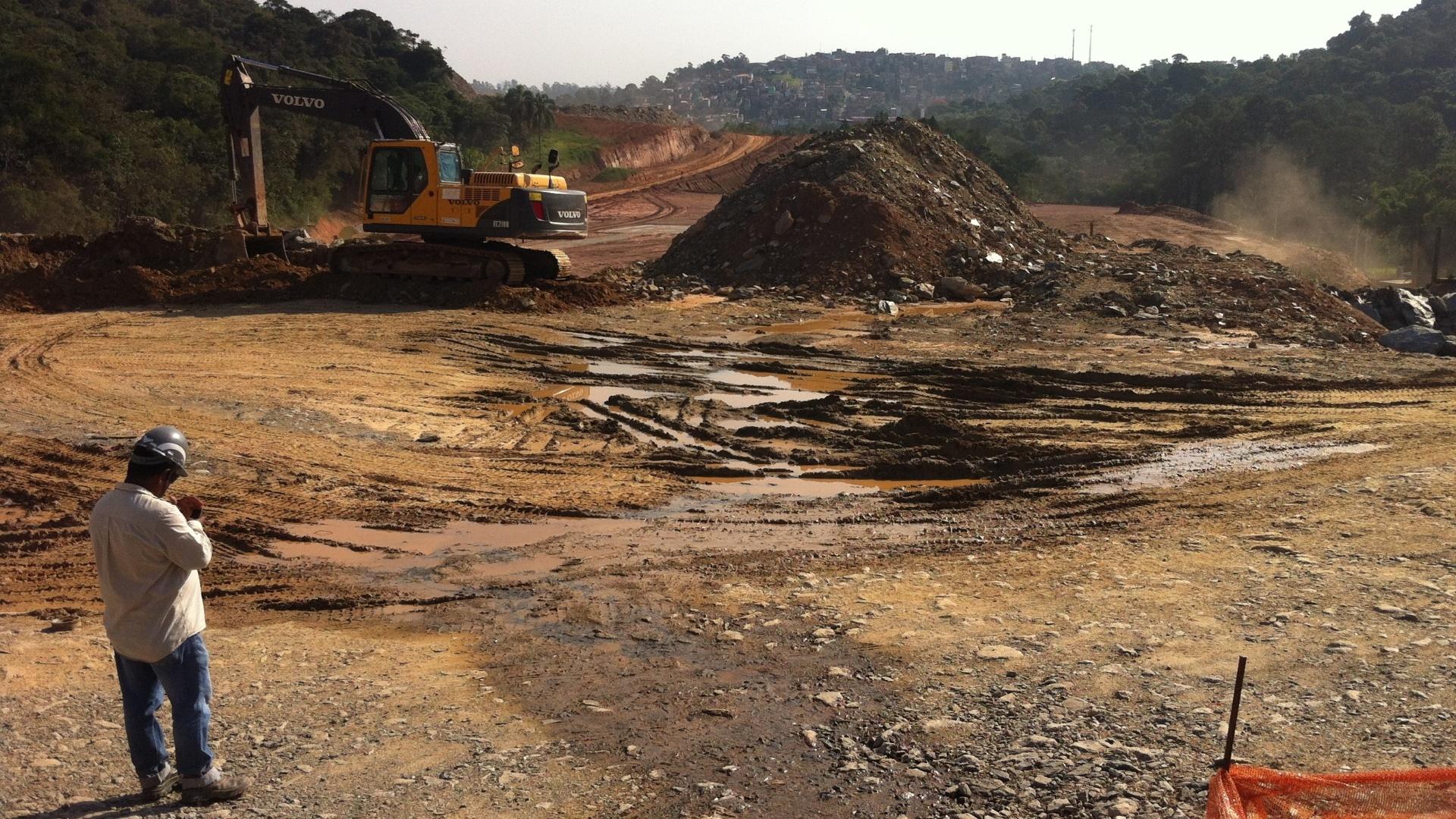Em visita a trecho em construção do Rodoanel em área de preservação, reportagem encontrou vazamento de água drenada de uma montanha por todo o canteiro de obras