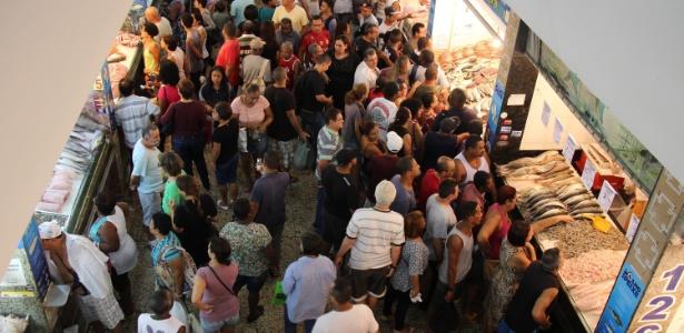Consumidores buscam peixes no mercado São Pedro