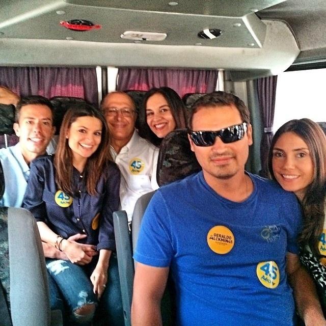 2.abr.2015 - Família Alckmin reunida em dia de eleição, em outubro de 2014. No centro da foto, está o filho mais novo do governador Geraldo Alckmin. Thomaz era o copiloto do helicóptero que caiu nesta quinta-feira (2), em Carapicuíba (SP). Ele deixou duas filhas, uma de dez anos e outra de um mês. Ele faria 32 anos na próxima segunda-feira (6)