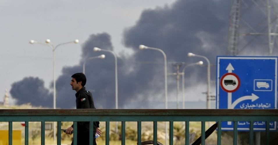 2.abr.2015 - Oficial jordaniano caminha perto da principal passagem da fronteira com a Síria. A Jordânia disse que tinha fechado temporariamente a passagem por causa da violência no país vizinho