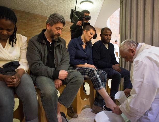 2.abr.2015 - Papa Francisco lava os pés de presidiários do centro penitenciário de Rebibbia, em Roma, no tradicional lava-pés católico, antes da Páscoa
