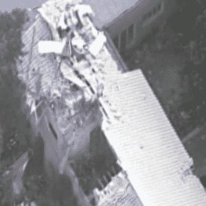 2.abr.2015 - Quatro pessoas morreram na queda de um helicóptero sobre uma casa em Barueri, na Grande São Paulo, na tarde desta quinta-feira (2). A aeronave teria decolado da cidade vizinha de Carapicuíba - Reprodução