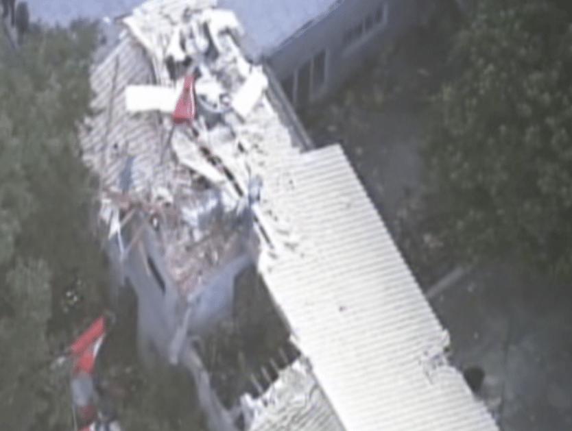 2.abr.2015 - Quatro pessoas morreram na queda de um helicóptero sobre uma casa em Barueri, na Grande São Paulo, na tarde desta quinta-feira (2). A aeronave teria decolado da cidade vizinha de Carapicuíba