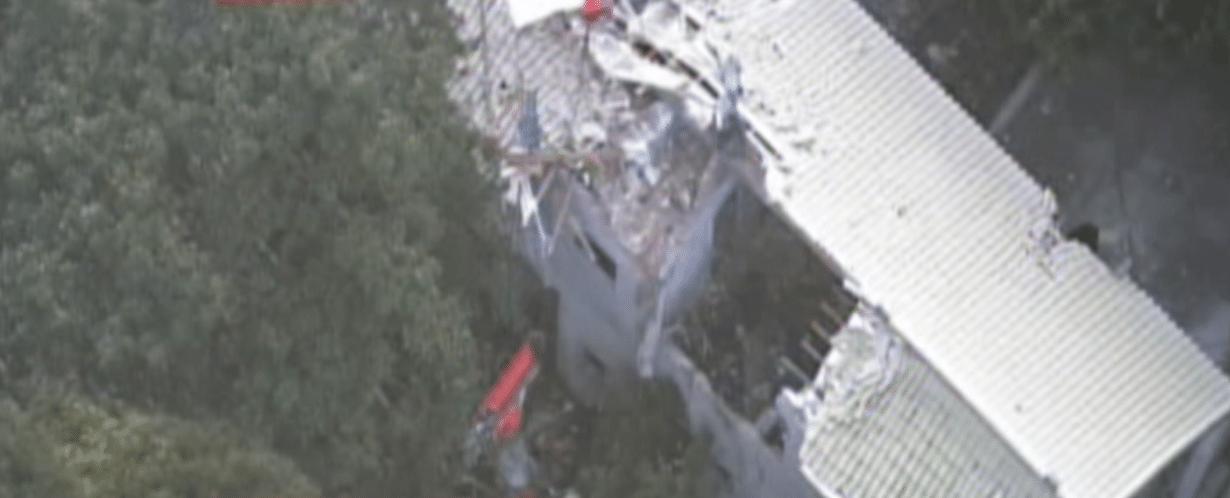 2.abr.2015 - Um helicóptero caiu em uma casa em Baueri, zona metropolitana de São Paulo. As quatro pessoas que estavam a bordo da aeronave morreram no local