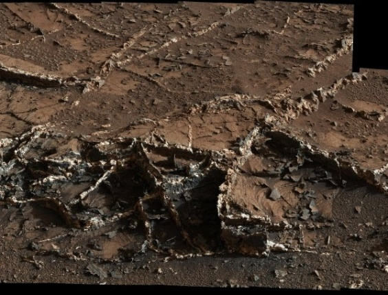 2.abr.2015 - Um mosaico de 28 imagens tiradas pelo robô Curiosity mostram relevos na área inferior do Monte Sharp,  montanha localizada no centro da cratera Gale, no planeta Marte. A imagem foi cedida pela Nasa (Agência Espacial americana)