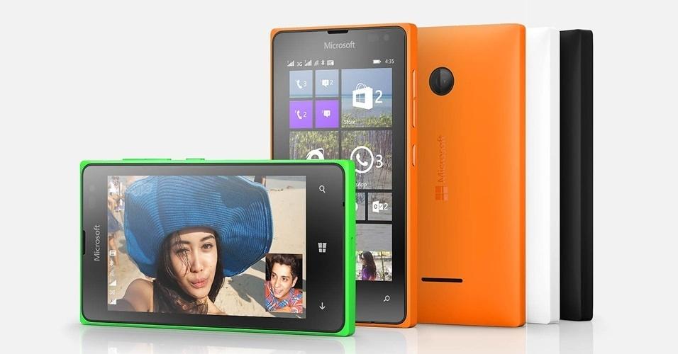 6.abr.2015 - O Microsoft Lumia 435 Dual SIM tem características medianas dentro de uma carcaça muito bacana. A câmera frontal VGA e o hardware não tão potente podem decepcionar alguns usuários exigentes, mas o smartphone é recheado de aplicativos e funções bacanas para auxiliar o dia a dia. O preço de R$ 330 também vale a pena para quem procura um aparelho básico com boa duração de bateria (cerca de 30 horas, em uso intenso)