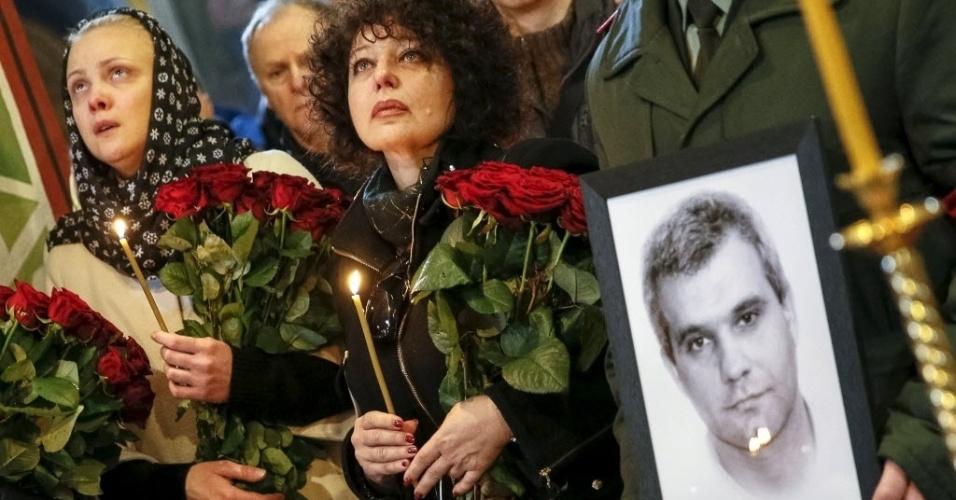 3.abr.2015 - Familiares e amigos participam de funeral do soldado ucraniano Ihor Branovytsky, na Catedral de St. Michael, em Kiev. O oficial foi capturado por rebeldes no aeroporto de Donetsk, no leste do país, em 21 de janeiro e espancado e baleado no cativeiro, informou a imprensa local