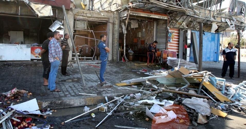 3.abr.2015 - Iraquianos observam o local da explosão de um carro-bomba na área de Bab al-Mudham, em Bagdá. O ataque, que matou seis pessoas e feriu 18, aconteceu em 2 de abril