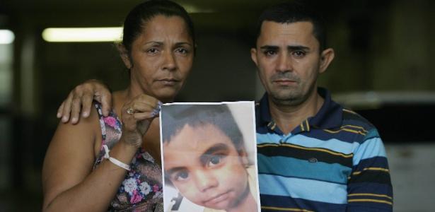 3.abr.2015 - Pais de Eduardo mostram a foto do filho que morreu após ser baleado durante operação no Alemão