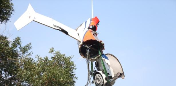 3.abr.2015 -Bombeiros e peritos trabalham na remoção dos destroços do helicóptero que caiu e causou a morte de cinco pessoas, entre elas Thomaz Alckmin, filho do governador paulista Geraldo Alckmin