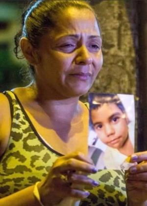 Em protesto, mãe exibe foto do menino Eduardo de Jesus Ferreira, 10