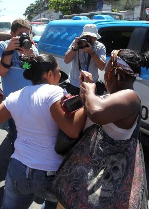 Teresina Jesus, mãe do menino Eduardo, discute com policiais durante o protesto realizado no Complexo do Alemão, no sábado (4) - Marcos de Paula/Estadão Conteúdo