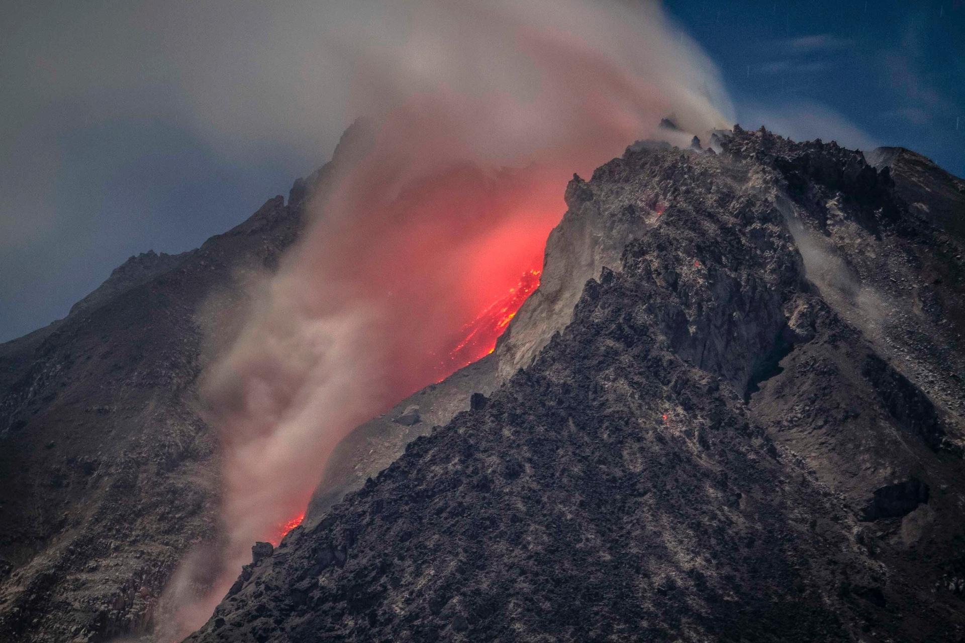 4.abr.2015 - Vulcão do Monte Sinabung visto a partir da vila de Kuta Tengah, no norte da ilha de Sumatra, na Indonésia, em fotografia de longa exposição