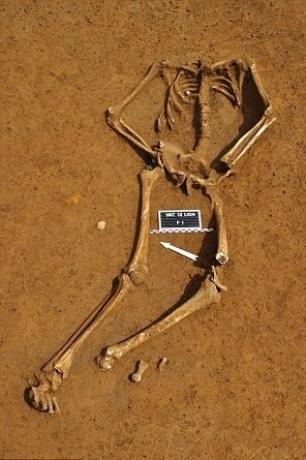 5.abr.2015 - Arqueólogos identificaram a primeira ossada completa da batalha de Waterloo ocorrida há 200 anos, encontrada em 2012. O esqueleto de Friedrich Brandt foi encontrado em um estacionamento, como o do rei Ricardo 3ª, mas, ao contrário do rei, o soldado não tinha parentes conhecidos e sua identificação por parte do arqueólogo Dominique Bosquet, do governo Belga, foi feita por eliminação. Uma moeda com as iniciais CB foi fundamental para identificação, pois apenas dois combatentes possuiam as mesmas iniciais. Quando foi descoberto que a letra