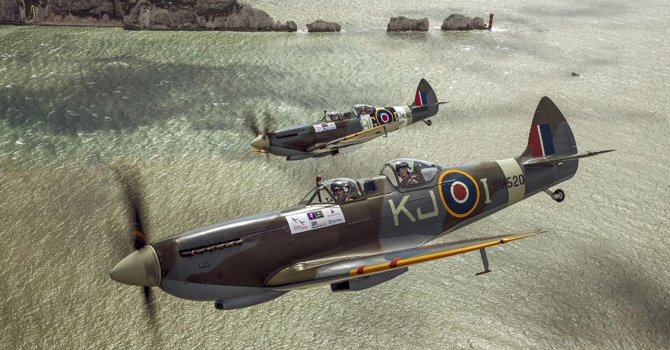 5.abr.2015 - O príncipe britânico Harry (na frente, à direita) está na parte de trás de um Spitfire durante um vôo de West Sussex para a ilha de Wight nesta foto sem data
