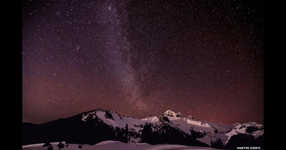 """6.abr.2015 - A duas semanas do fim das inscrições do prêmio """"Fotógrafo de Astronomia do Ano Insight"""", a BBC separa algumas das belíssimas imagens que foram cadastradas até agora, incluindo esta foto, de Martin Giertl, da Via Láctea sobre os lagos Elfin, no Canadá"""