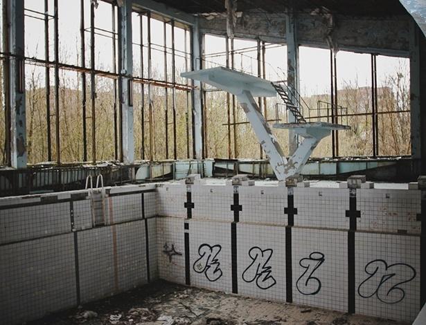 """6.abr.2015 - A visita só foi possível após assinar um contrato no qual os brasileiros se responsabilizavam por todos os riscos. """"Nada em Chernobyl nos despertou sentimentos conhecidos porque tudo o que está ali faz parte de um universo novo"""", diz Carol Thomé, na apresentação da mostra """"Chernobyl: tudo o que é resto se desfaz"""""""
