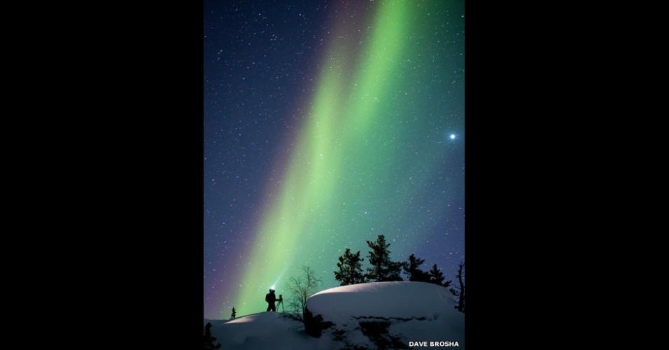 6.abr.2015 - Dave Brosha registrou o momento em que o amigo Paul Zizka, também fotógrafo, acompanhava a aurora boreal