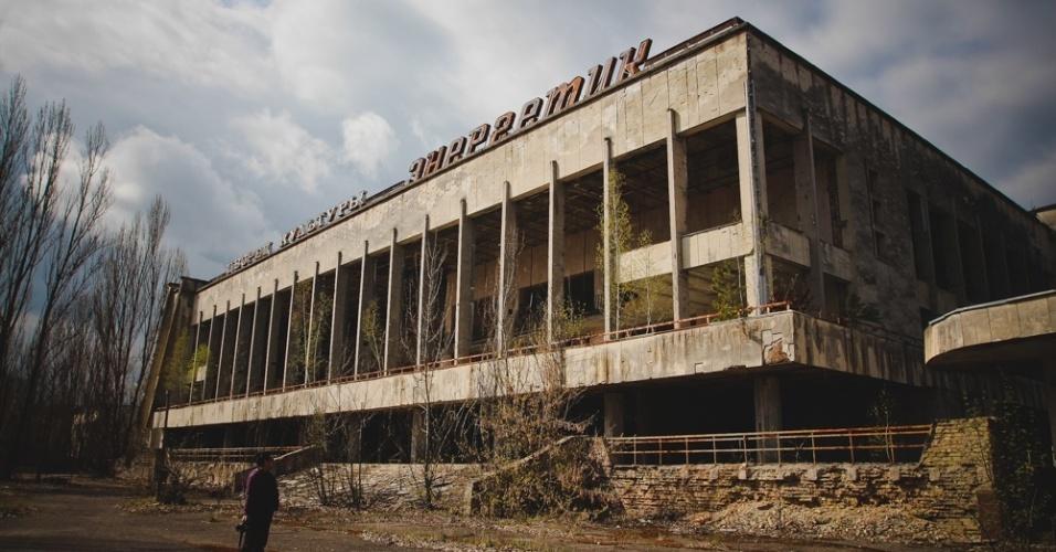 6.abr.2015 - Em 2005, o governo da Ucrânia autorizou as visitas monitoradas à antiga usina nuclear e às cidades ao redor de Chernobyl. Algumas áreas têm radiação muito alta e, por isso, os guias orientam os visitantes sobre o tempo máximo que devem permanecer nesses locais