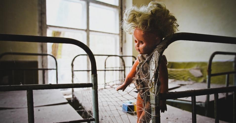 """6.abr.2015 - Embora pareça uma contradição, existe vida em Chernobyl. """"Pessoas trabalham diariamente na construção do novo sarcófago que deve ficar pronto em 2017. O antigo, construído na época do desastre para conter a radiação, está comprometido"""", diz Carol Thomé na apresentação da mostra """"Chernobyl: tudo o que é resto se desfaz"""", que pode ser vista de 10 de abril a 6 de maio na Galeria f 2.8, em São Paulo"""