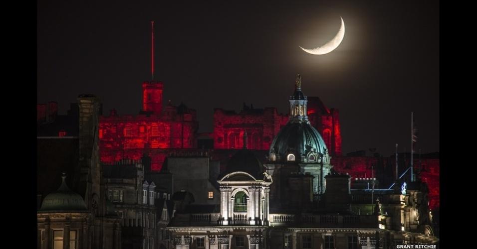 6.abr.2015 - Esta foto da Lua sobre o iluminado castelo de Edimburgo, na Escócia, no Natal de 2014 foi enviada por Grant Ritchie