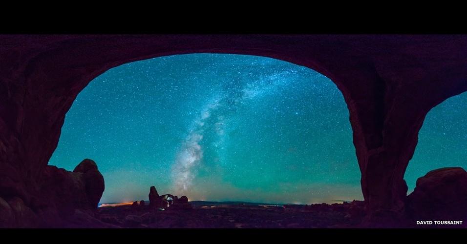 6.abr.2015 - Esta vista panorâmica do céu à noite no Parque Nacional dos Arcos, no Utah, foi composta por David Toussaint a partir de mais de 20 cliques individuais