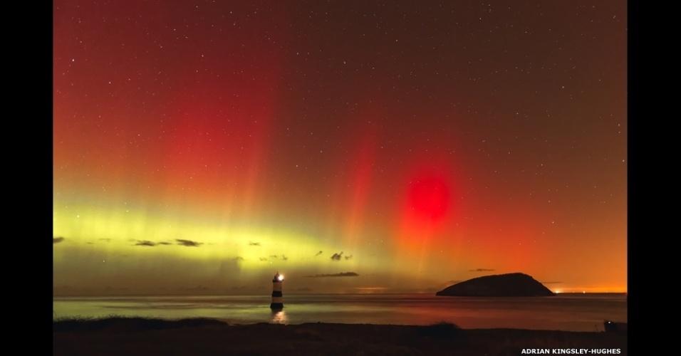 6.abr.2015 - Este espetáculo da aurora boreal sobre Trwyn Du, no País de Gales, foi registrado por Adrian Kingsley-Hughes