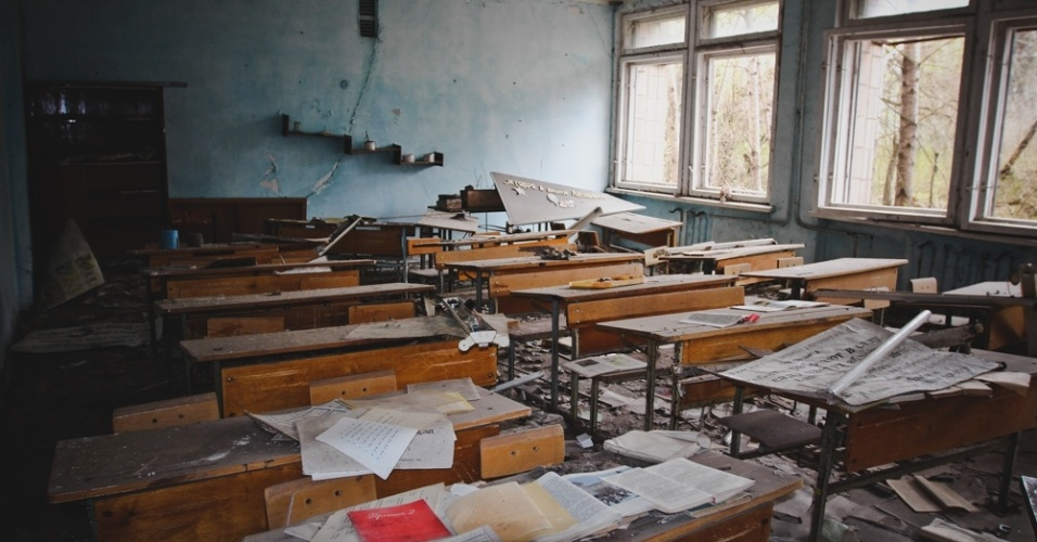"""6.abr.2015 - """"Motivados pela curiosidade de conhecer a cidade fantasma de Pripyat e conversar com pessoas que trabalham em Chernobyl, embarcamos nesta viagem de livre e espontânea vontade, sabendo de todos os riscos que, naquele momento, não eram só relativos a radiação"""", esclarece Carol Thomé no texto da mostra """"Chernobyl: tudo o que é resto se desfaz"""", em São Paulo"""