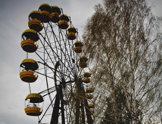 """6.abr.2015 - """"O tempo em Chernobyl passa de forma diferente, mas é suficiente para nos fazer refletir e concluir que algumas invenções humanas podem dar muito errado. Ao deixar o local, todos os visitantes passam por um detector de radiação. As pessoas só podem sair do local se não estiverem contaminadas"""", diz Carol Thomé, no texto da mostra """"Chernobyl: tudo o que é resto se desfaz"""""""