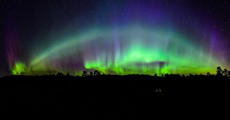 6.abr.2015 - Outra imagem da aurora boreal. Esta, de Kolbein Svensson, foi feita com cinco fotos verticais que, juntas, criam uma panorâmica
