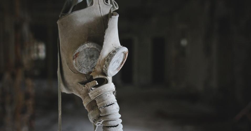 """6.abr.2015 - """"Rússia diz que Ucrânia está à beira de guerra"""". Essa era a manchete que estampava a primeira página dos principais jornais dias antes de Carol Thomé e Duca Mendes realizarem sua primeira visita a Chernobyl, na Ucrânia. """"Nosso objetivo sempre foi contar uma história pessoal sobre o nosso tour. Imprimimos (ou tentamos imprimir) as nossas sensações em imagens que jamais sairão das nossas memórias"""", escrevem no prefácio da exposição """"Chernobyl: tudo o que é resto se desfaz"""", que pode ser vista de 10 de abril a 6 de maio na Galeria f 2.8, Rua Cônego Eugênio Leite, 883, Pinheiros, São Paulo"""