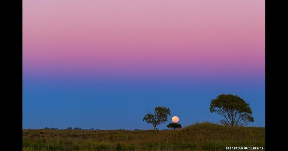 6.abr.2015 - Sebastián Guillermaz passou longas horas de uma noite tentando fotografar um cometa. Infelizmente, não conseguiu, mas, enquanto deixava o local, teve a sorte de testemunhar esta vista belíssima da Lua