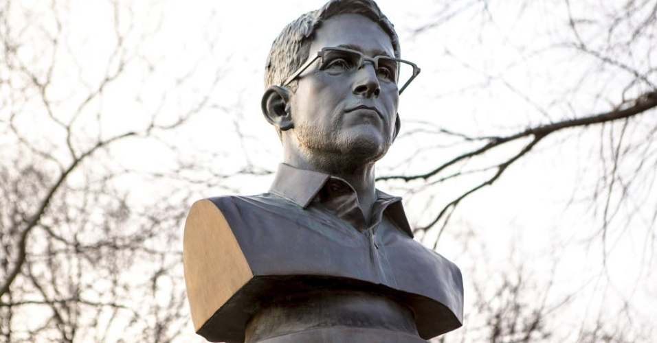 6.abr.2015 - Um grupo anônimo de artistas instalou no parque Fort Greene, em Nova York (EUA), um busto do ex-analista da agência de segurança dos Estados Unidos (NSA), Edward Snowden. A prefeitura foi avisada e mandou retirar a estátua