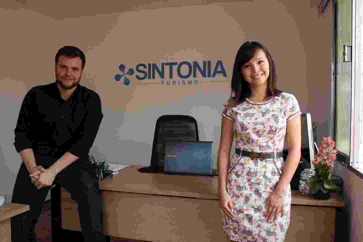 Daniel Barros e Karen Mariano, sócios da agência Sintonia Turismo, em São Caetano do Sul (SP), que fica nos fundos da casa de Karen - Divulgação