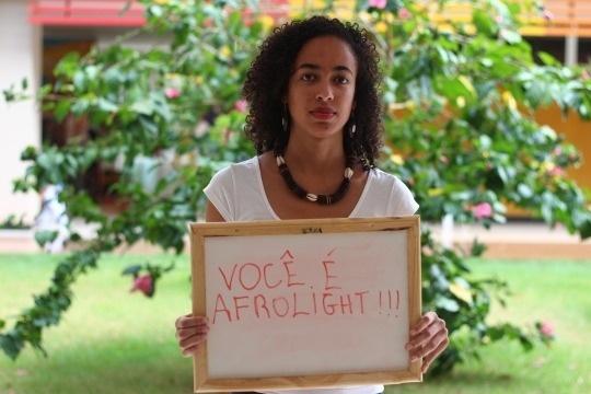 """Idealizado pela aluna de ciências sociais Lorena Monique, 21 anos, a ideia surgiu a partir de um trabalho de antropologia visual, quando ela descobriu a existência do projeto """"I, Too, Am Harvard"""" (""""Eu também sou Harvard""""), desenvolvido por alunos neros da Universidade de Harvard, nos Estados Unidos. """"Achei que era uma experiência simples, genial e empoderadora. Pensei que pudesse reproduzir isso aqui no campus da universidade"""", conta Lorena. As informações são do Portal EBC"""