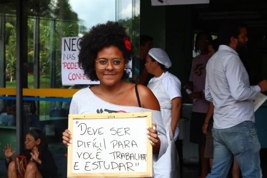 """O preconceito racial e a vivência dos estudantes negros dentro da universidade inspiraram a criação do projeto """"Ah Branco, dá um tempo!"""" na Universidade de Brasília. A iniciativa reúne fotos de alunos negros que seguram placas com frases racistas que eles já ouviram em diferentes situações. As informações são do Portal EBC"""