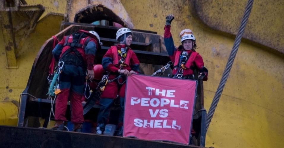 7.abr.2015 - Ativistas do Greenpeace seguram bandeira depois de terem escalado uma plataforma da Royal Dutch Shell no oceano Pacífico na segunda-feira (6). O grupo protesta contra a perfuração do Ártico para fornecimento de petróleo